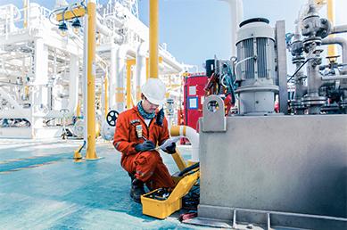 Industriearbeiter überprüft Anlage